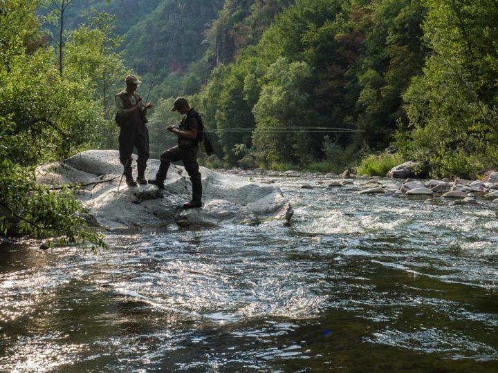 pesca a mosca nel torrente Avisio in valle di Cembra, Trentino